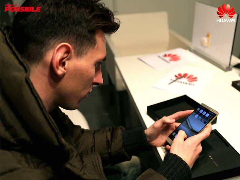 Lionel Messi using the Huawei Mate 8