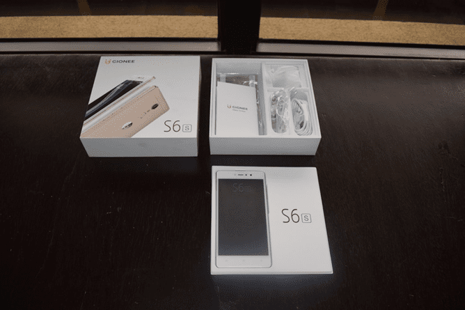 Opening the Gionee S6s Box