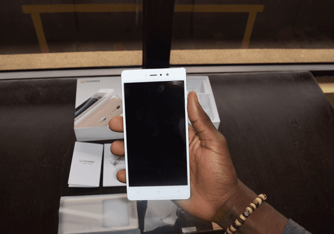 The Gionee S6s in the hand