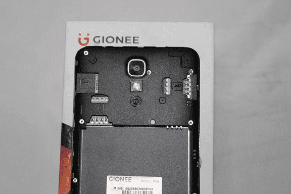 Inside the Gionee P8w showing the SIM slot