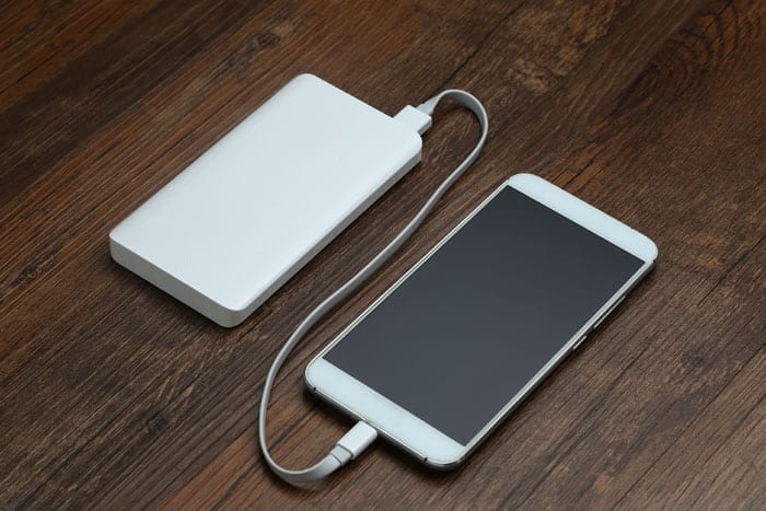 Power Bank charging a Smartphone